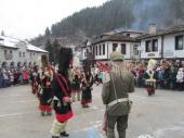 Около 4000 наблюдаваха зрелищния маскарад в Широка лъка, кукери огласяха с чанове селото